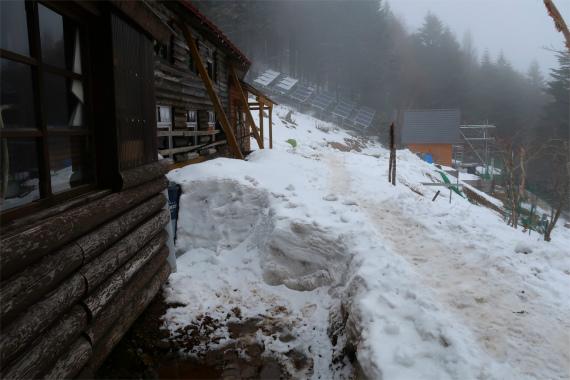 甲武信小屋周辺の積雪量