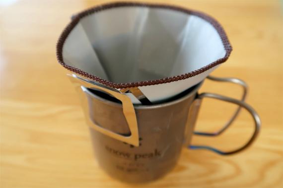 ハイマウントコーヒーメッシュフィルター金属を広げてカップの縁に固定