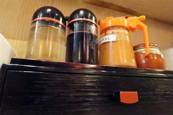 東京情熱餃子左からお酢、醤油、餃子ダレ