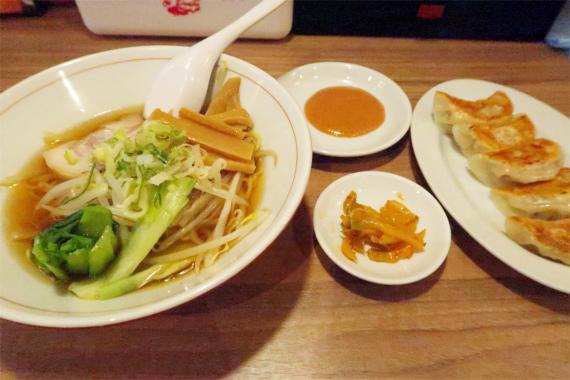 左がセットのラーメンザーサイと餃子(5個)秘伝の餃子ダレ