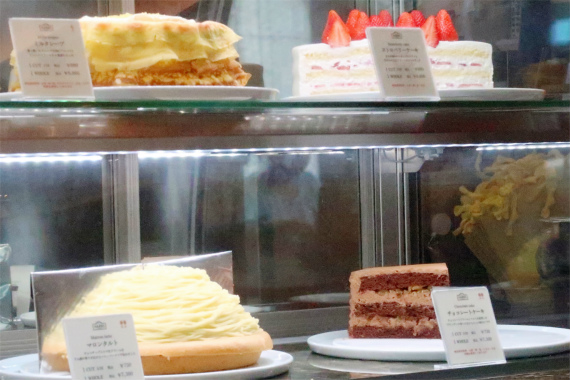 HARBS(ハーブス)の店舗内でディスプレイケーキとミルクレープ