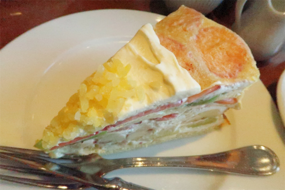 生の果物が贅沢にサンドされたケーキ
