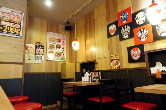 東京情熱餃子桜木町本店の内部の混雑