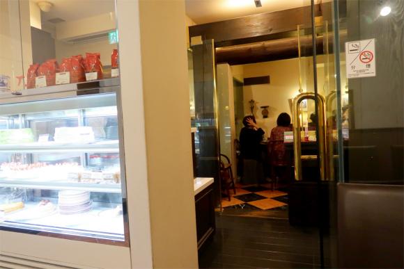 カフェラミル横浜元町店舗の入口の横でケーキの販売