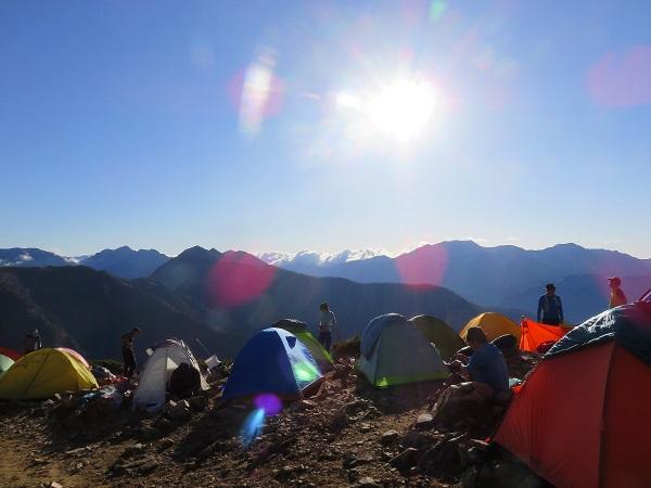 山小屋でテント泊