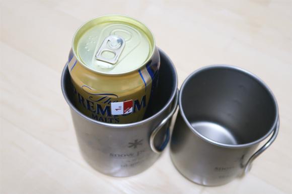 カップの空間に割れやすいビールやジュースの缶を入れてパッキング