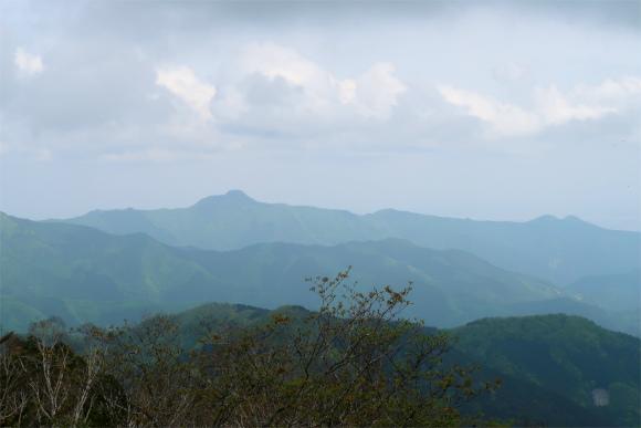 三頭山東峰の直ぐ近くに展望台