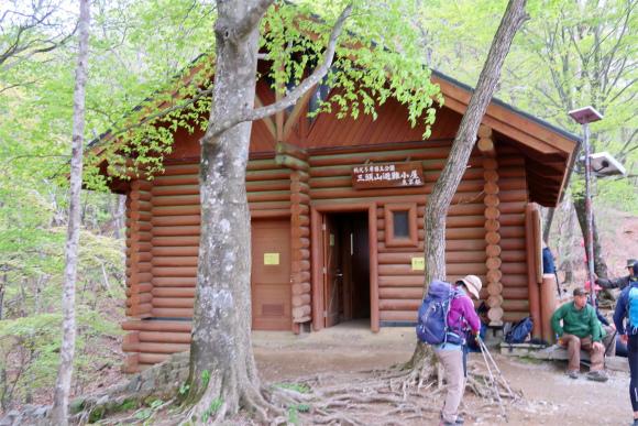 三頭山避難小屋トイレ