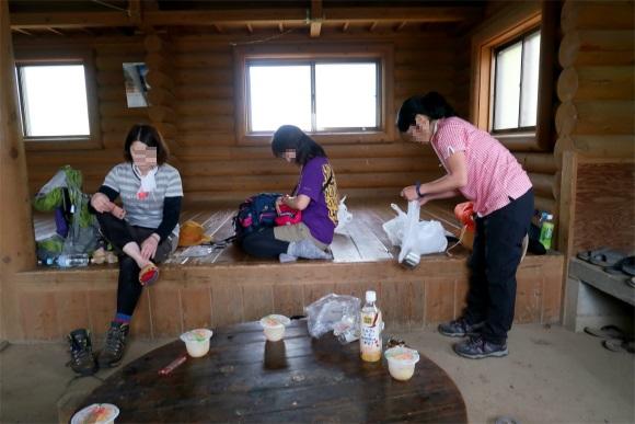 三頭山避難小屋の内部の様子