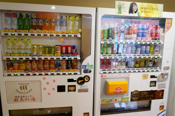 館内に数台、飲み物やアイスの自動販売機