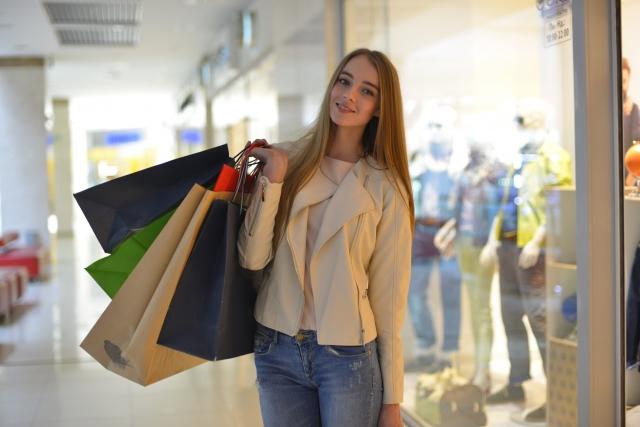 買い物オフ会参加女性お店の前