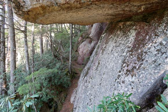 大きな岩の隙間