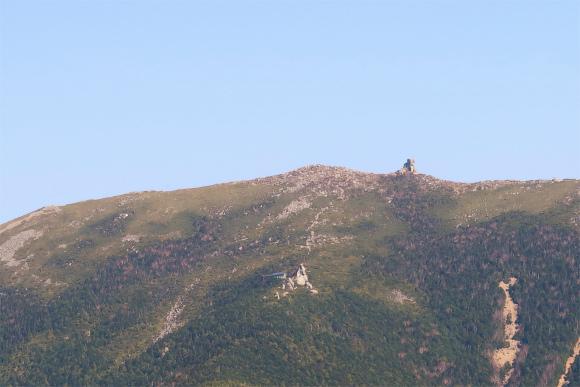 金峰山の五丈石と中腹に立つ金峰山小屋