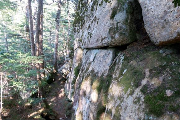 お城の石垣のような岩地帯