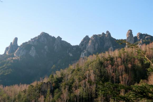 先ほどまでいた瑞牆山ゴツゴツとした山