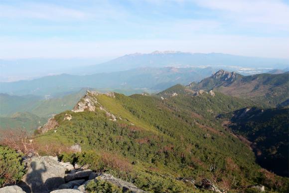 歩いてきた金峰山の稜線