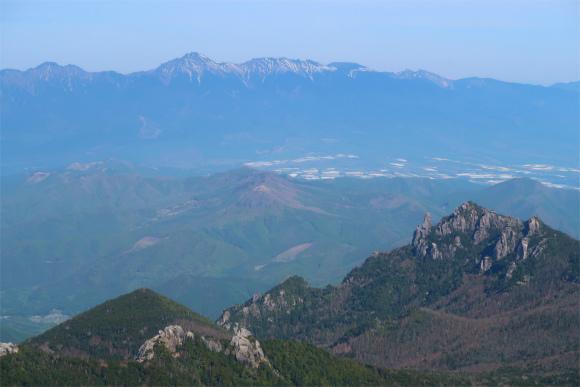 金峰山から見る瑞牆山と奥に広がる八ヶ岳