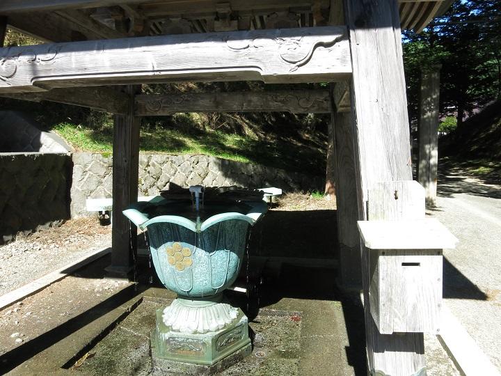和光門を潜った先に、水場(手水)