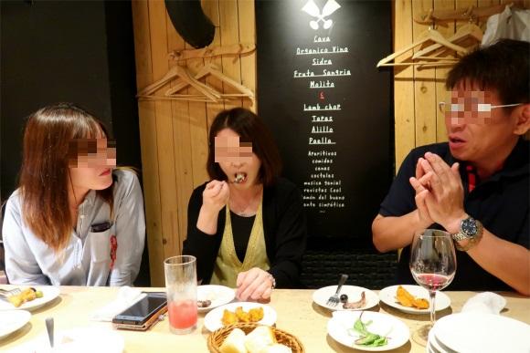 スペイン料理食べている3人