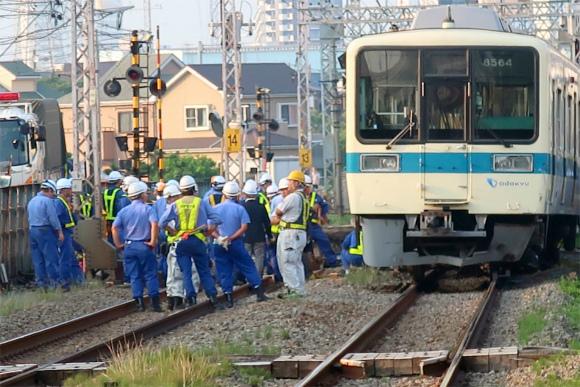 小田急線脱線事故先頭の車両が大きく脱線