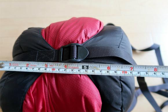 寝袋を圧縮した結果横幅が7cmまで小さく