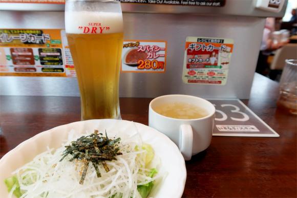 いきなりステーキのランチメニュービールとサラダ、スープ