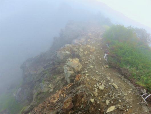 雨で登山道が脆くなり高度感ない滑落リスク