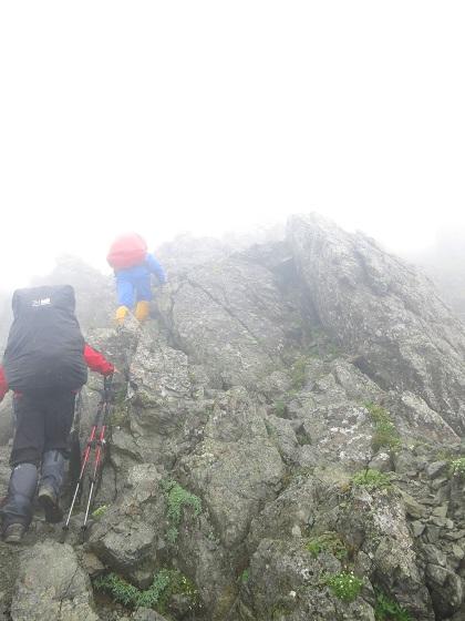 雨に岩場が濡れていて非常によく滑り危険