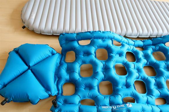 手前の青いスリーピングマットクライミットイナーシャオゾン穴が開いている