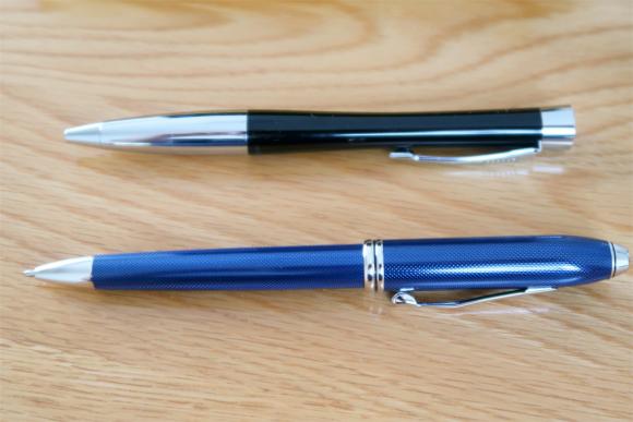 クロスのボールペンの方がパーカーより一回り大きい