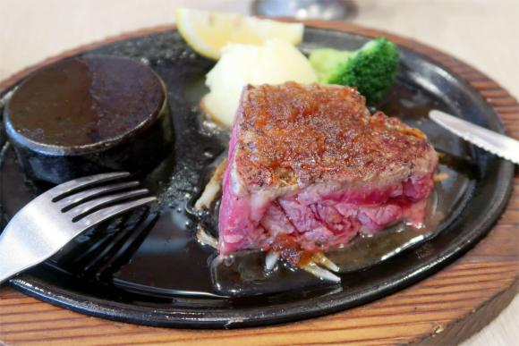 美味しそうなステーキ肉レアーで注文