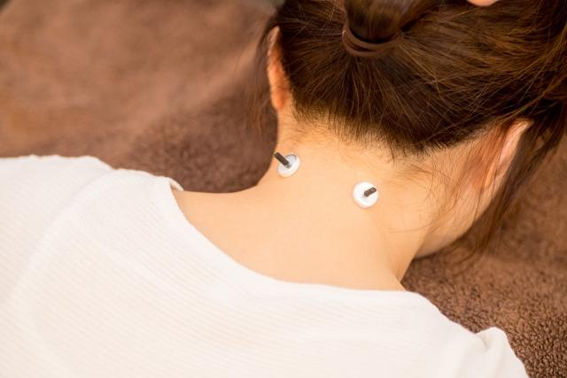 お灸をする女性の首