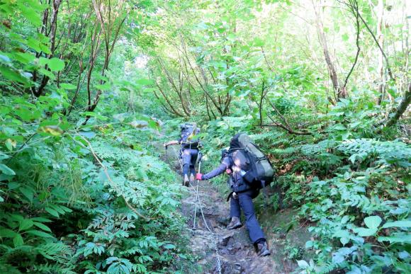 ザンゲ坂の鎖場と登山者