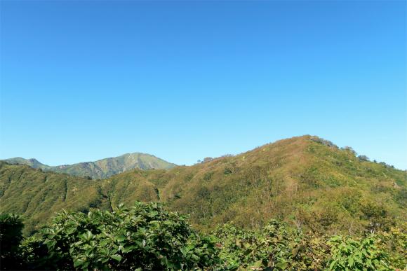 右が目指す地蔵岳、奥に鎮座しているのが飯豊山(飯豊本山)