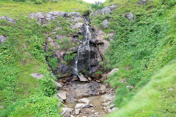 沢を遡上すると小さな滝