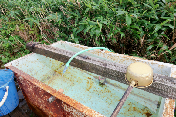 切合小屋水場水量も豊富