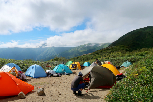 切合小屋のテント場もすごい混雑