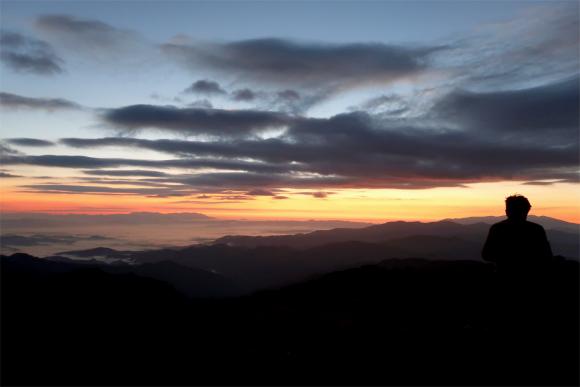 飯豊の夜明けを待つ登山者