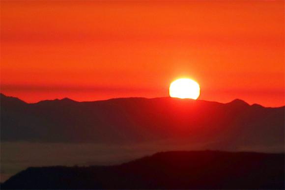 真っ赤に燃える飯豊の日の出
