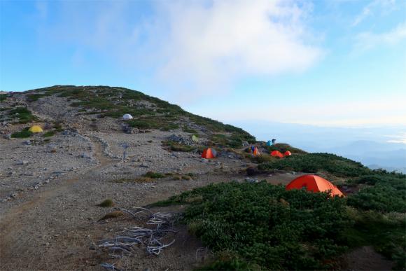 飯豊本山小屋のテント場が見えてきた