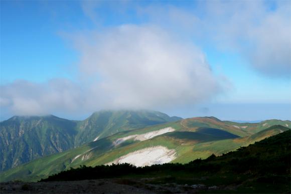 飯豊本山小屋から目指す大日岳の景色