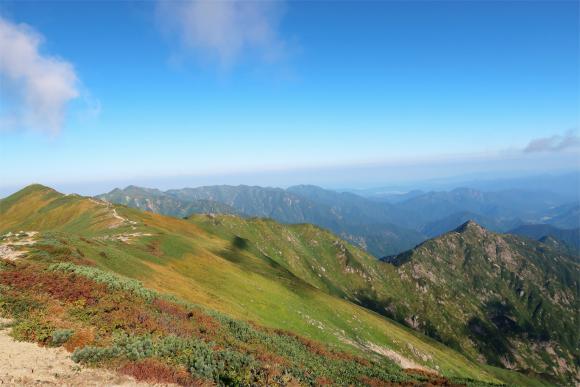 左のピークが飯豊山の山頂右にのびる尾根がダイクラ(大嵓)尾根