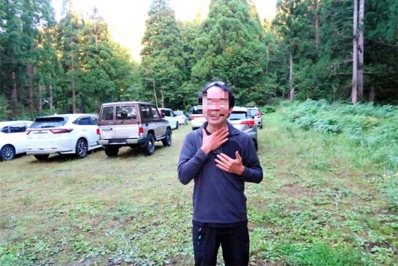 飯豊山へ登る登山者シュンさん(右)