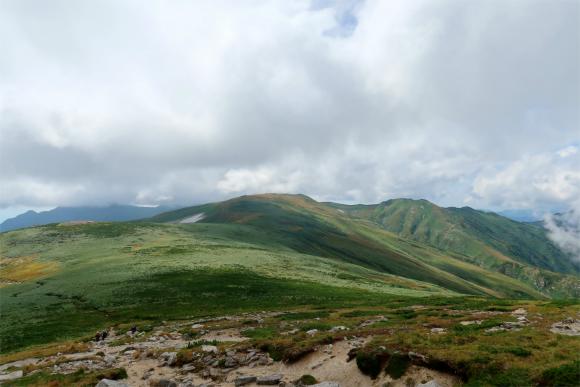 振り返っての飯豊連峰の山並と曇り空