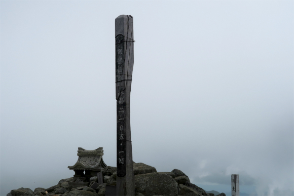 飯豊本山に着く頃には真っ白な世界