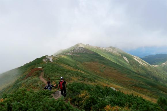 飯豊山から飯豊本山小屋への稜線の景色