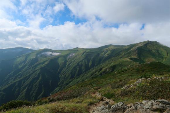 飯豊山直下から大日岳へ至る稜線