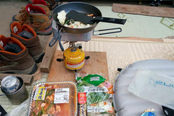 切合小屋夕飯の準備