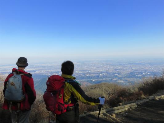 大山の山頂景色を見る二人