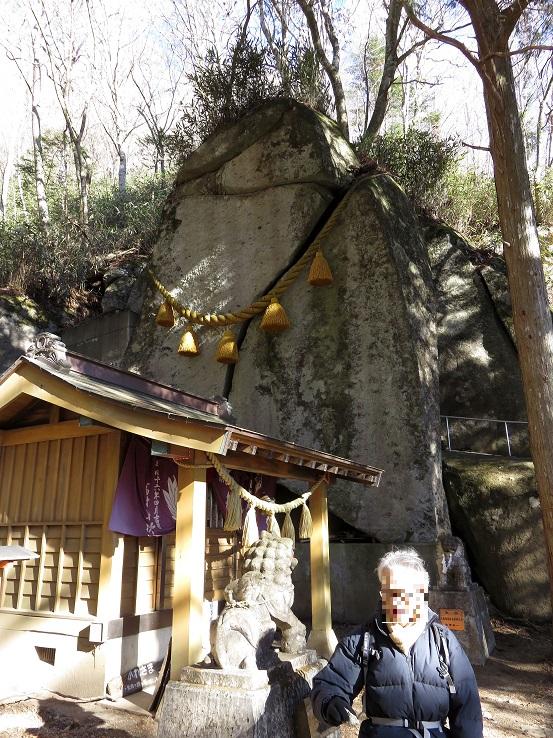 石割神社と登山者後にご神体の岩